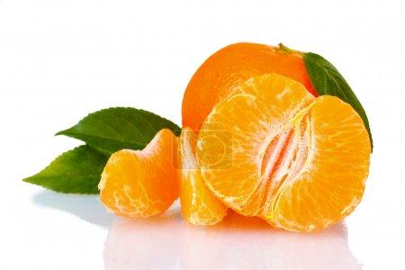 Photo pour Mandarine fraîche avec des feuilles et des segments isolés sur blanc - image libre de droit
