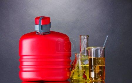 Photo pour Traîneau et carburant dans des tubes à essai sur fond gris - image libre de droit