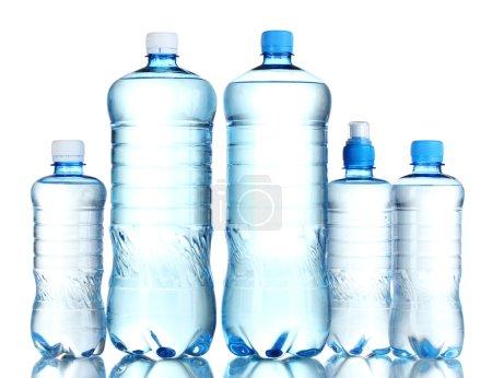 Photo pour Groupe bouteilles en plastique d'eau isolées sur blanc - image libre de droit