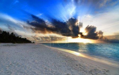 Photo pour Beau coucher de soleil coloré sur l'océan aux Maldives vu de la plage avec des rayons de soleil - HDR - image libre de droit