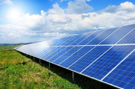 Foto de El panel solar produce energía verde y amigable con el medio ambiente del sol . - Imagen libre de derechos