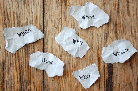 Photo pour Froissé de morceaux de papier avec les questions qui, quoi, quand, pourquoi, où, comment - image libre de droit