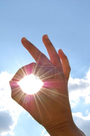"""Photo pour Main faisant un signe """"A OK"""" avec des rayons de soleil qui traversent - image libre de droit"""