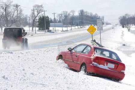 Photo pour Voiture a perdu le contrôle pendant la tempête de neige, de nombreux véhicules ont dérapé de la route quand ils n'ont pas réussi à ralentir pour les conditions météorologiques - image libre de droit