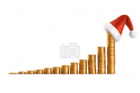 Photo pour Diagramme de colonne de revenus de l'année en pièces et chapeau de Père Noël - image libre de droit