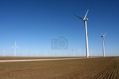 Photo pour Les éoliennes dans un champ de campagne - image libre de droit