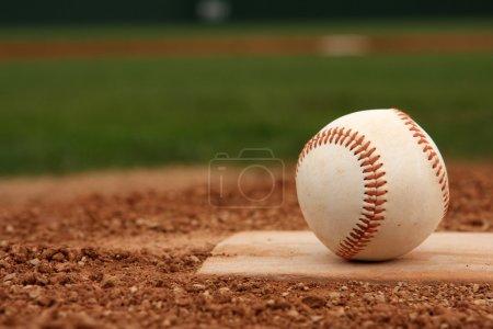 Photo pour Baseball sur le monticule de pichets avec Colocation-copie - image libre de droit
