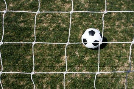 Photo pour Filet de but de football avec le ballon au-delà - image libre de droit