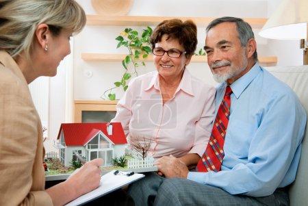 Photo pour Couple de personnes âgées discuter avec le consultant, agent immobilier ou un architecte - image libre de droit