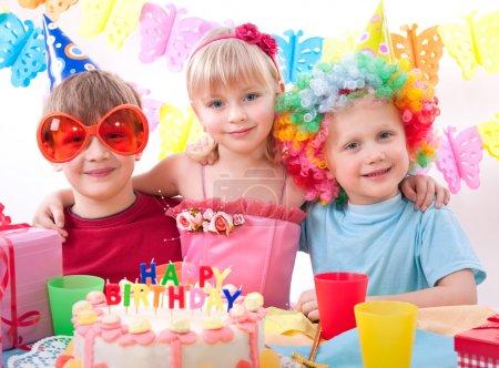 Foto de Niños celebrando la fiesta de cumpleaños - Imagen libre de derechos