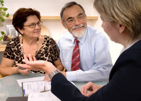 Photo pour Rencontre de couple de personnes âgées avec agent ou conseiller financier - image libre de droit