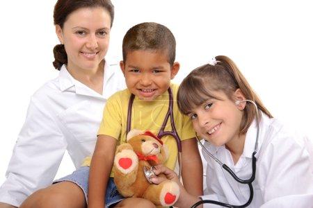 Photo pour Médecin féminin avec les deux enfants - image libre de droit