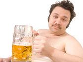 Túlsúlyos ember sör társaságában