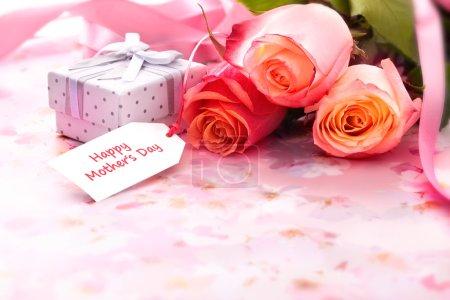 Photo pour Bouquet de roses et coffret cadeau avec carte de fête des mères - image libre de droit