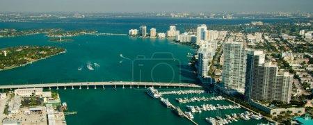 Photo pour Vue aérienne de la région de Miami montrant des objets et paysages liés à la route - image libre de droit