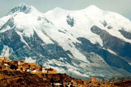 Photo pour Périphérie de la ville de La Paz en Bolivie, Amérique du Sud, avec des montagnes de neige en arrière-plan - image libre de droit