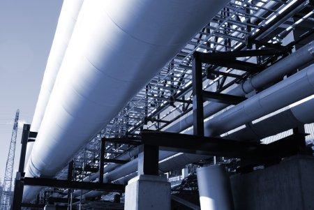Photo pour Gazoducs industriels sur pipe-bridge contre ciel bleu - image libre de droit