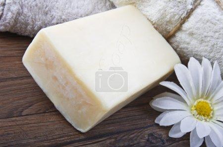 Photo pour Savon naturel avec marguerite blanche - image libre de droit