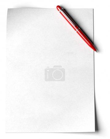 Photo pour Page blanche avec un stylo à bille rouge dans l'angle de la page sur fond blanc - image libre de droit