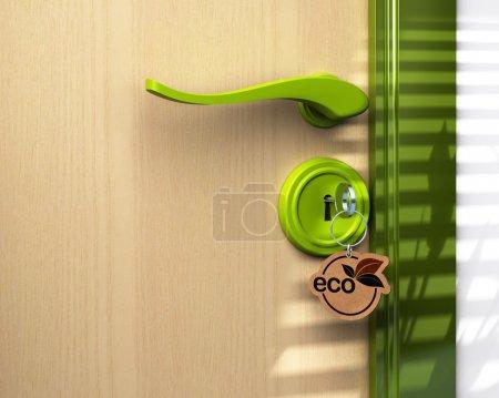 Foto de Cerca de una puerta y un llavero donde ha escrito la palabra eco, la cerradura es verde allí es un espacio de copia en la parte inferior izquierda - Imagen libre de derechos