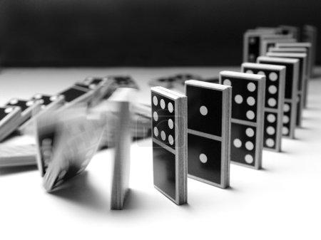 Photo pour Chute de dominos - image libre de droit