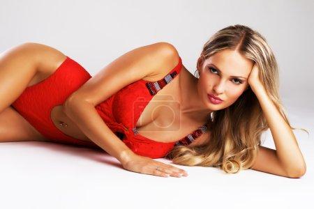 Photo pour Portrait d'une belle femme sexy en maillot de bain à la mode - image libre de droit