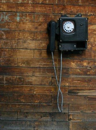 Foto de Teléfono antiguo en una pared de madera - Imagen libre de derechos