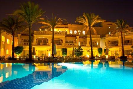 Photo pour Côté piscine nuit d'hôtel riche en Egypte - image libre de droit