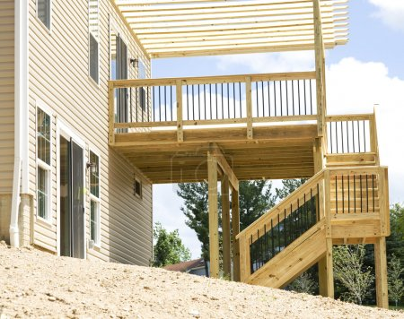 Photo pour Terrasse extérieure. Construction en bois - image libre de droit