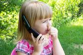 Holčička mluví po telefonu
