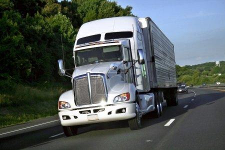 Photo pour Grand camion de charge en mouvement sur l'autoroute - image libre de droit