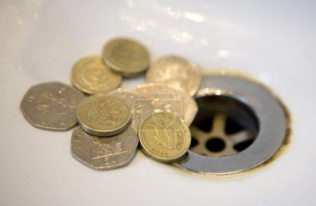 Photo pour L'argent anglais va dans les égouts - image libre de droit