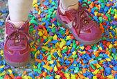 Malé fialové boty holčička uprostřed barevné konfety auto