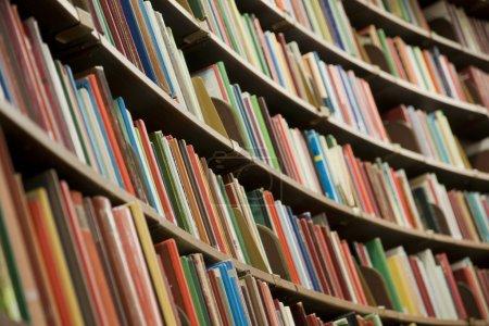Photo pour Bibliothèque dans la bibliothèque avec de nombreux livres. Dof peu profond . - image libre de droit