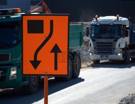 Foto de Obras con signo y camiones - Imagen libre de derechos