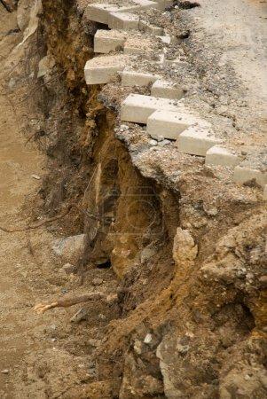 Photo pour Briques suspendues au bord d'un fossé - image libre de droit