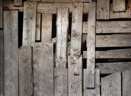 Photo pour Inégale mur en bois avec des gros écarts - image libre de droit