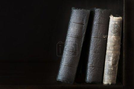 Photo pour Noirs vieux livres dans la bibliothèque - image libre de droit