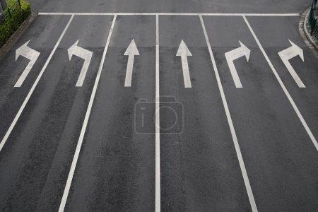 Photo pour Panneaux fléchés comme marquage routier sur une rue à six voies - image libre de droit
