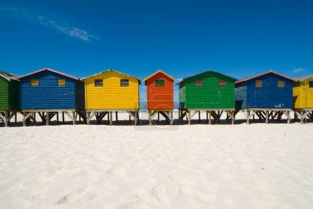 Photo pour Cabanes de plage multicolores dans une rangée - image libre de droit