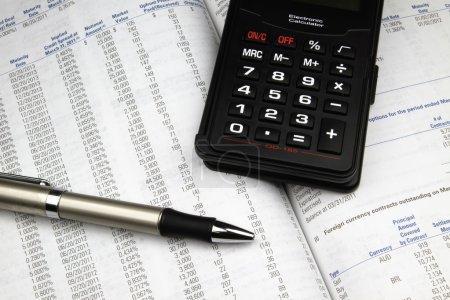 Photo pour Analyser un rapport annuel de l'investissement. - image libre de droit