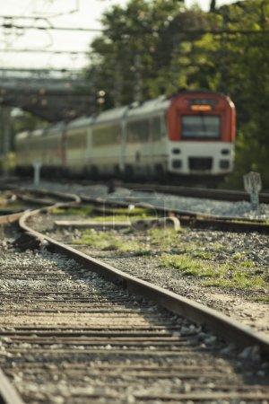 Photo pour Vue d'un train partant . - image libre de droit