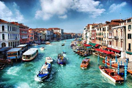 Photo pour Une grande partie de la ville lactividad passe par ce canal, populairement considéré comme la plus belle rue du monde. - image libre de droit