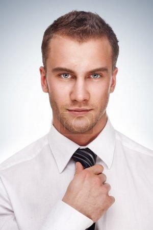 Photo pour Portrait d'un homme d'affaires. Plan studio . - image libre de droit