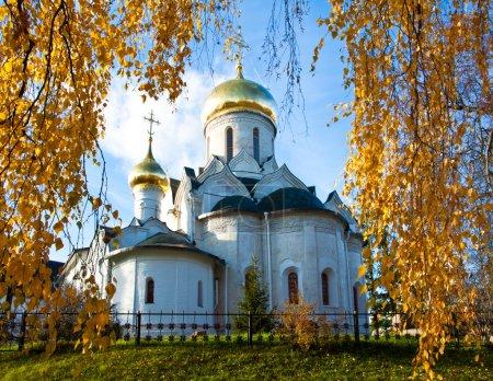 Photo pour Église dans le temps d'automne. arbres aux feuilles tombées. région de Moscou, ville de zvenigorod - image libre de droit