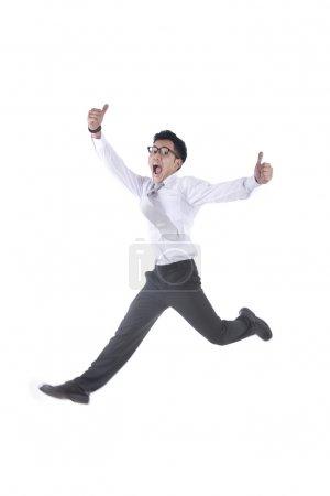 Foto de Empresario asiático saltando con dos pulgares arriba aisladas en blanco - Imagen libre de derechos