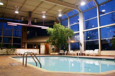 Photo pour Tir d'une piscine intérieure chauffée - image libre de droit