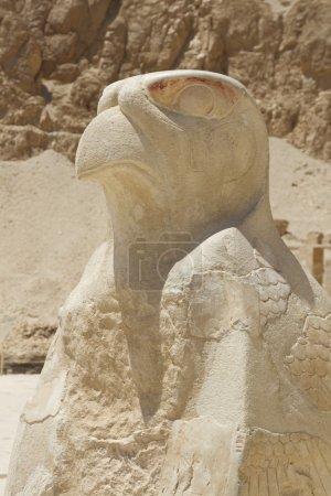 Photo pour Horus le dieu protecteur national égyptien antique, normalement représenté comme un homme à tête de faucon portant une couronne rouge et blanche, comme un symbole de la royauté sur les anciens - image libre de droit