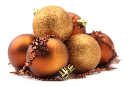 hnědé a zlaté vánoční ozdoby