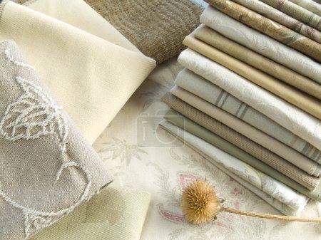 Photo pour Échantillons de tissu de couleur naturelle avec des motifs unis, rayés et floraux - image libre de droit